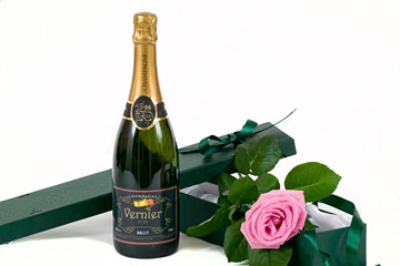 fresh-rose-and-personalised-champagne-gift