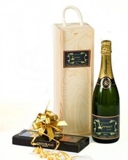 Personalised-Champagne-gift-set-with-chocolates