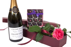 personalised-prosecco-with-fresh-rose-and chocolates